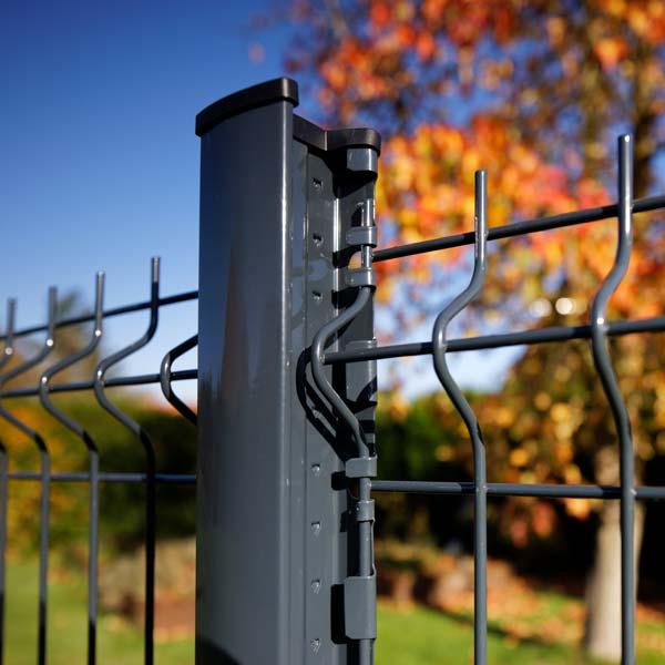 Poteau à encoche pour clôture rigide